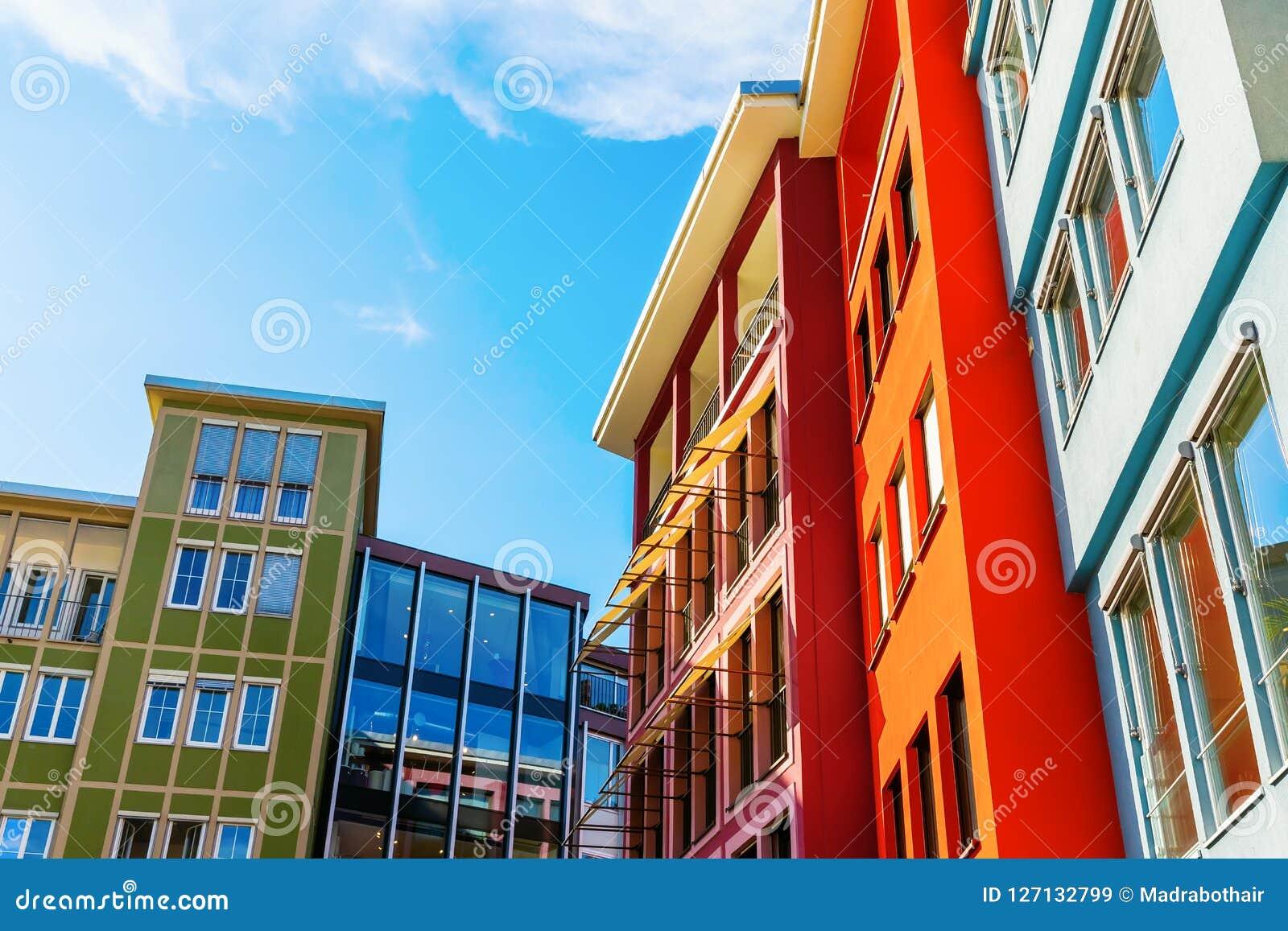 Kolorowe domowe fasady wzdłuż kwadrata w mieście Stuttgart, Niemcy