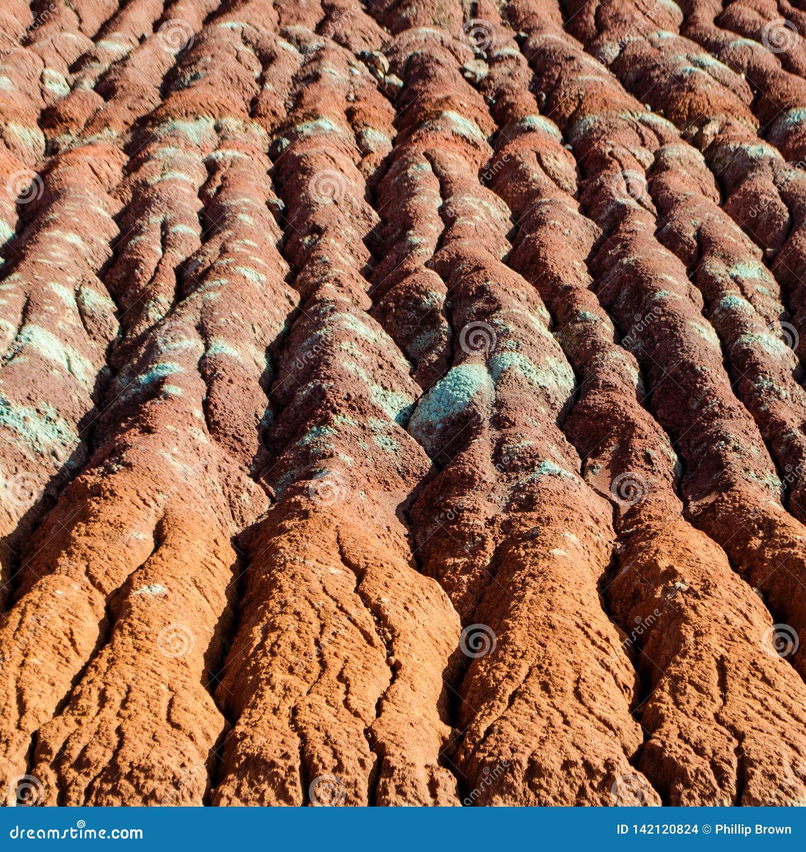 Kolorowe glin warstwy w Wodnej erozji na wzgórzu