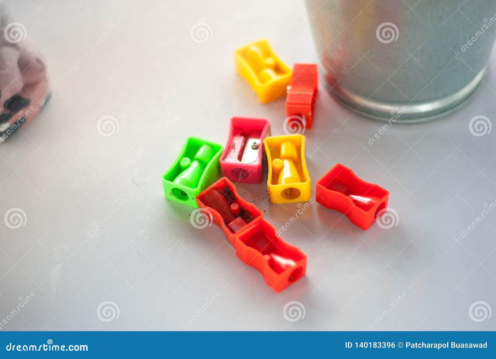 Kolorowe ołówkowe ostrzarki stawiają obok srebnego wiadra gotowego używać dla sztuka warsztata dla dzieciaka