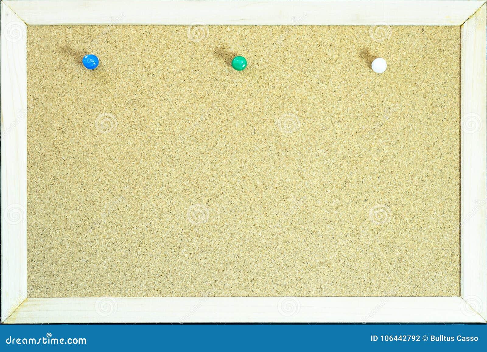 Kolorowe szpilki na korku wsiadają dla notatki lub edukaci