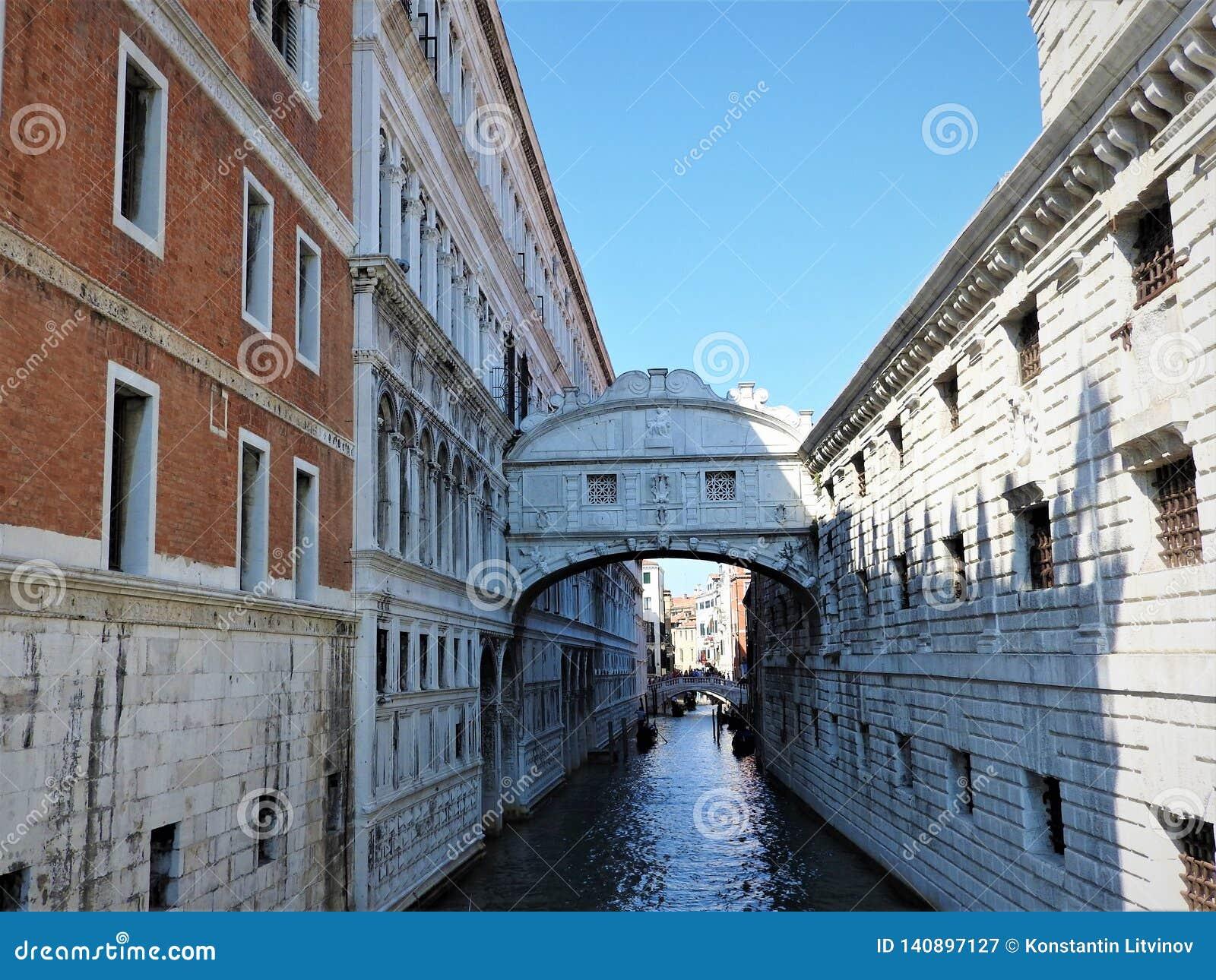 Kolorowe ulicy i kanały Wenecja na jasnym dniu, Włochy