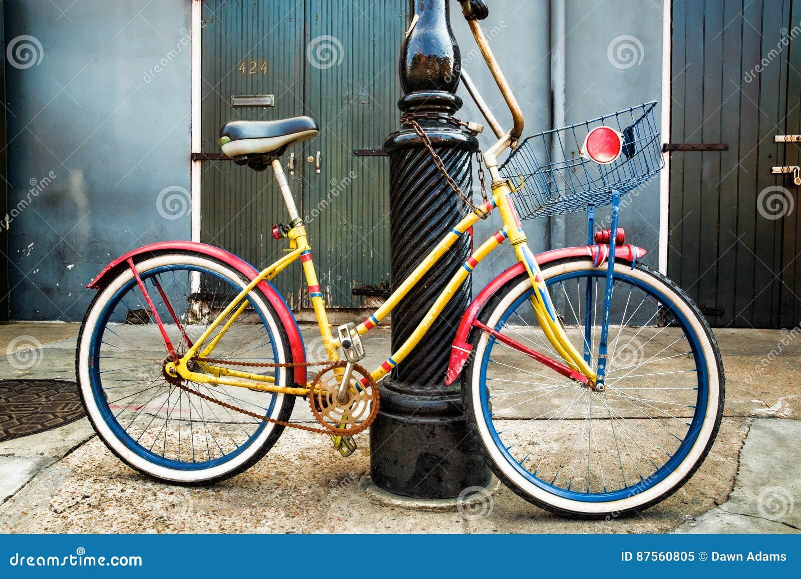 Kolorowego rocznika Rowerowy Opierać na Nowy Orlean Lamppost