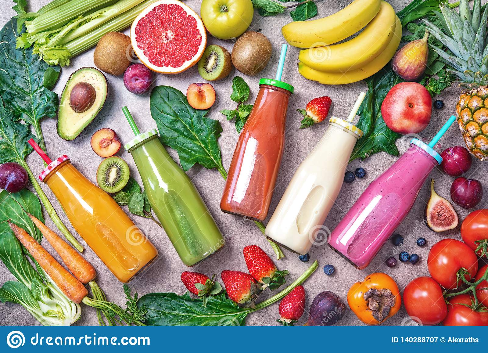 Kolorowi świeżo gniosący owoc i warzywo smoothies z składnikami dla zdrowego łasowania