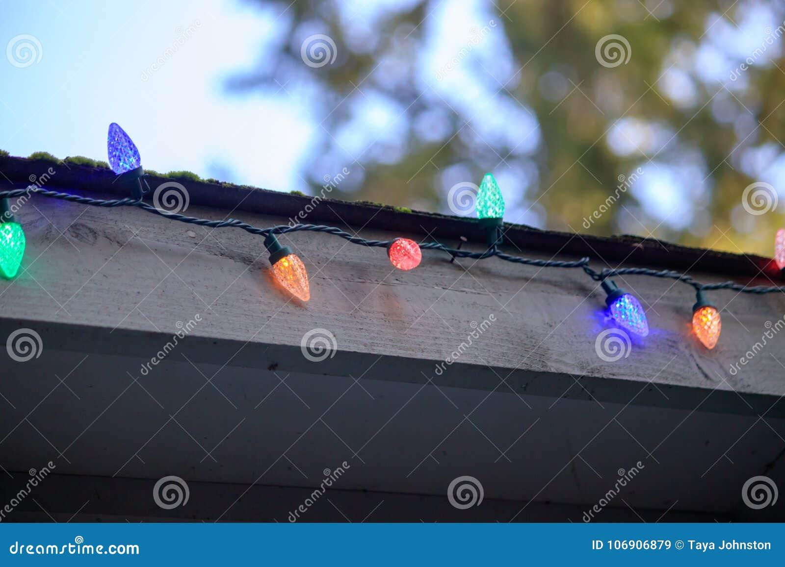 Kolorowi światła dla bożych narodzeń wzdłuż dachu