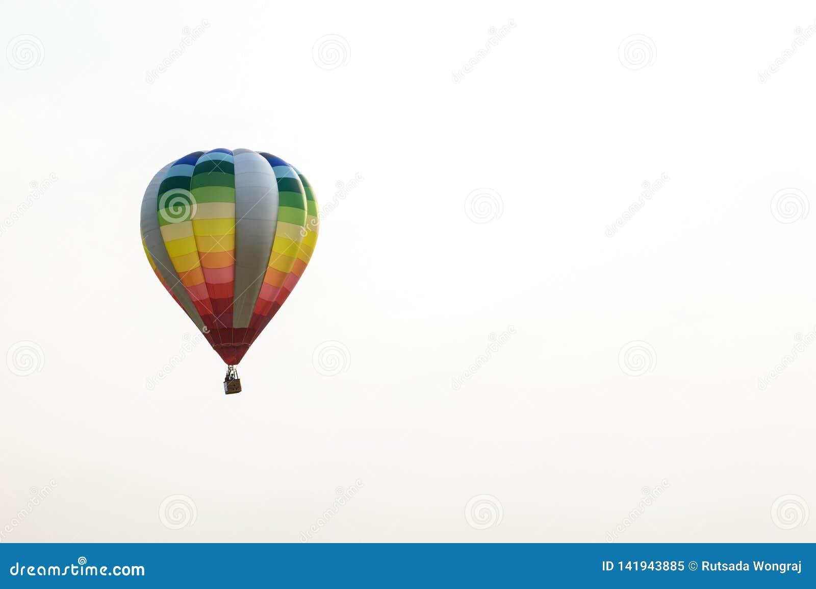 Kolorowi balony unosi si? w niebie