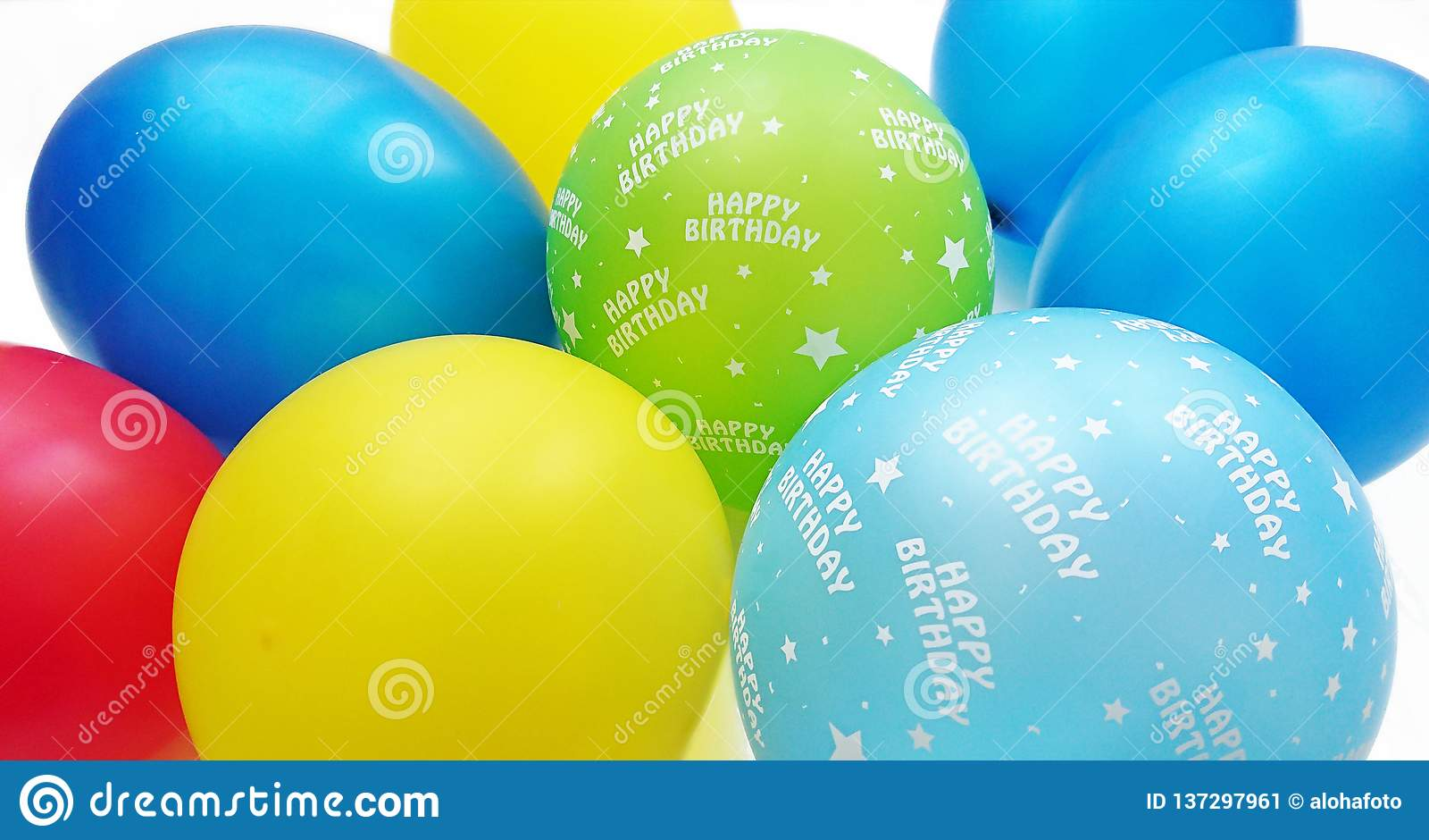 Kolorowi balony w czerwonym błękitnym żółtym jabłku - zieleń i turkus z wszystkiego najlepszego z okazji urodzin tekstem