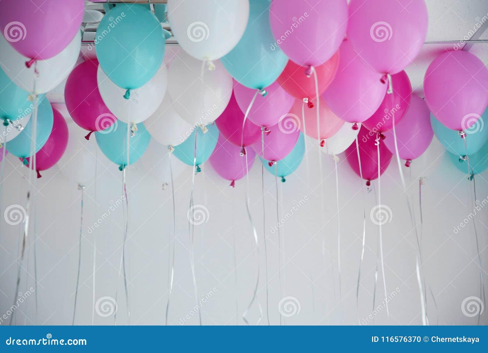 Kolorowi balony w pokoju przygotowywającym