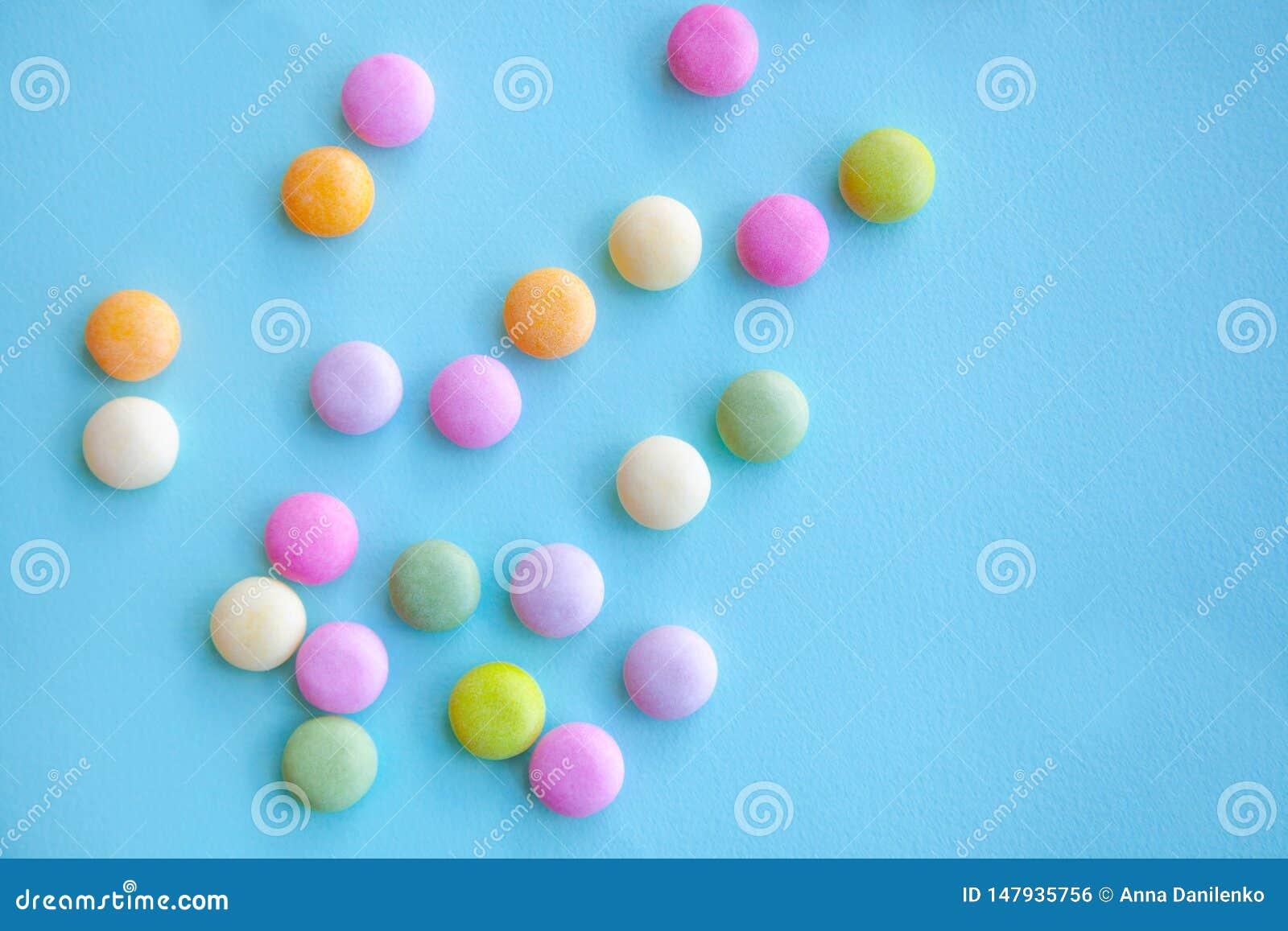 Kolorowi cukierki na b??kitnym tle