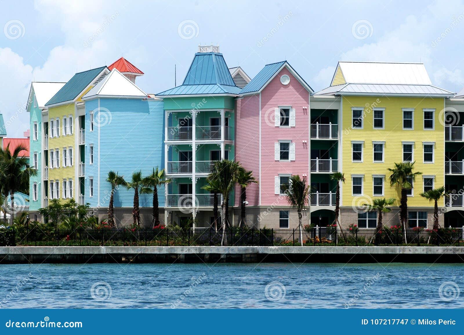 Kolorowi domy w rzędzie
