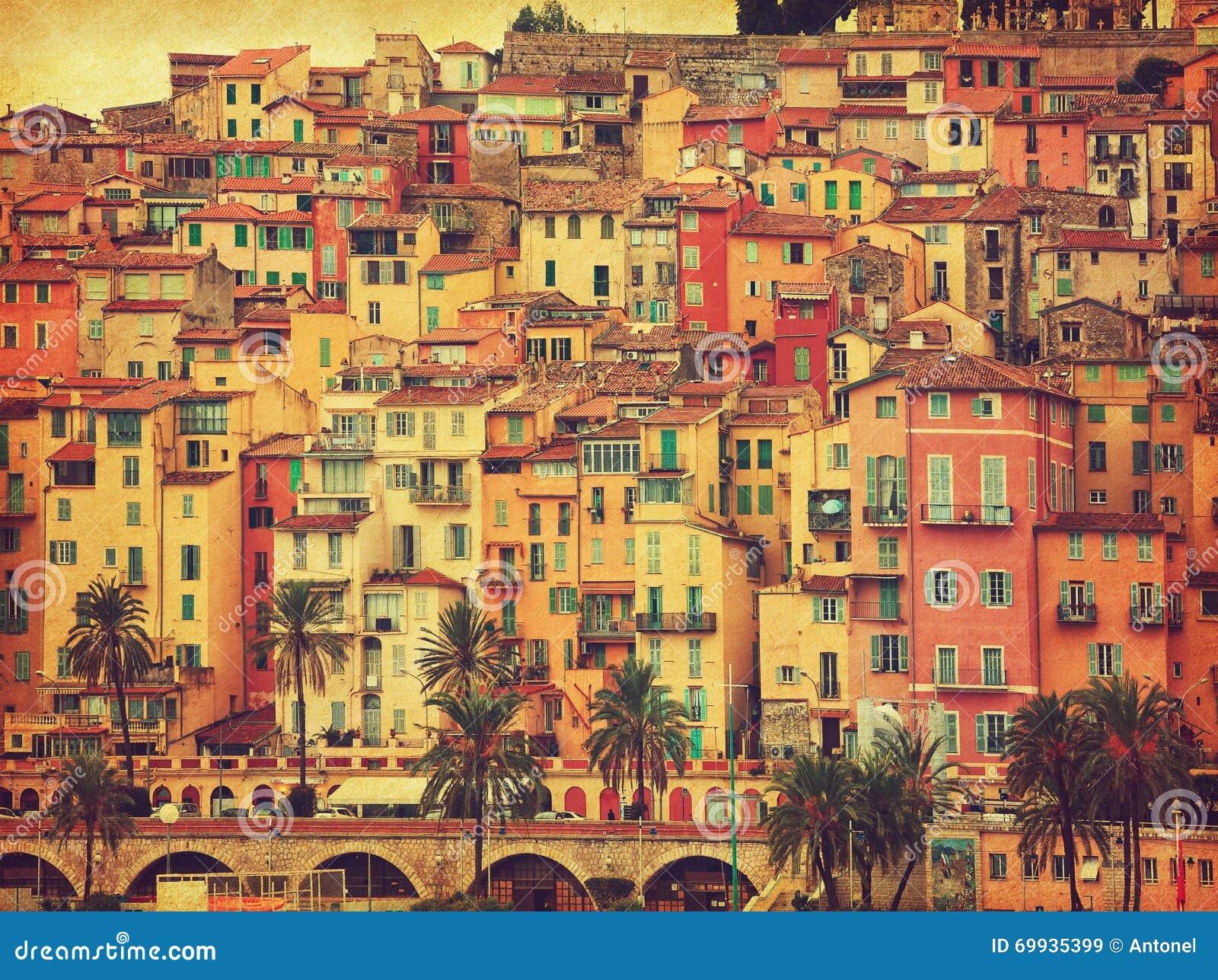 Kolorowi domy w starej części Menton, Francja