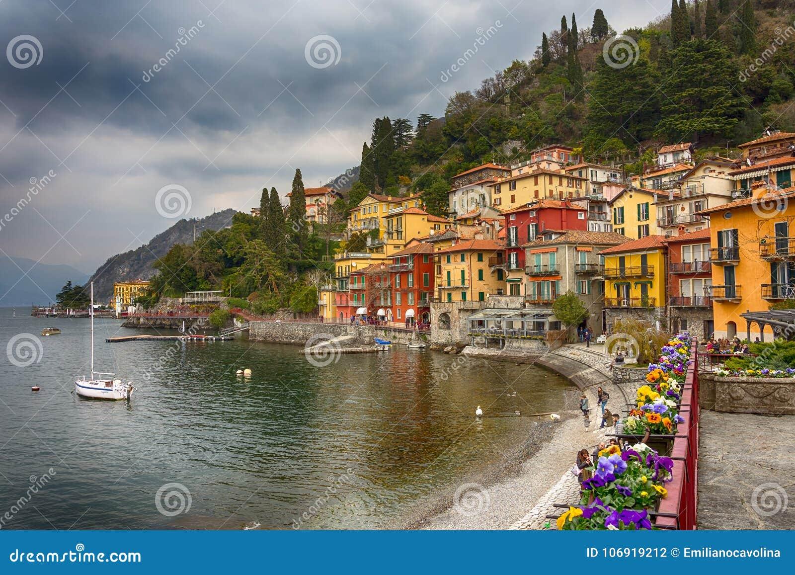 Kolorowi domy w Varenna, mała wioska wzdłuż jeziornego Como