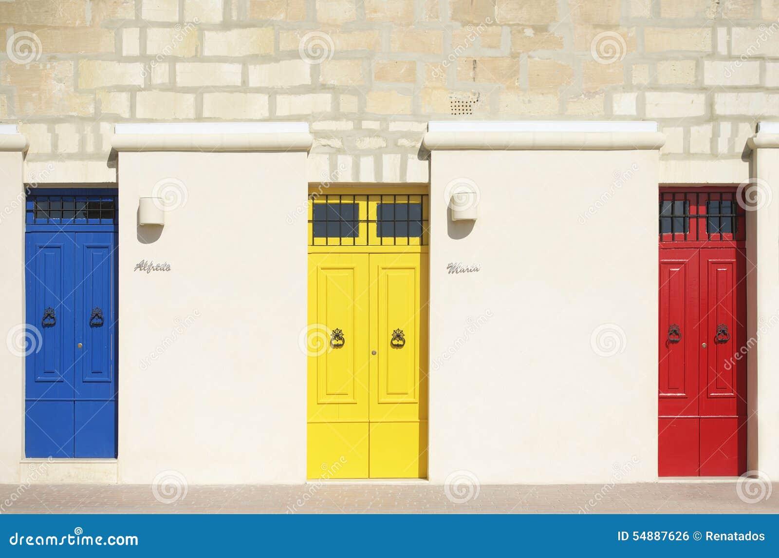 Kolorowi drzwi w ciepłym lekkim tle, powierzchowność, Kolorowa architektura w Malta