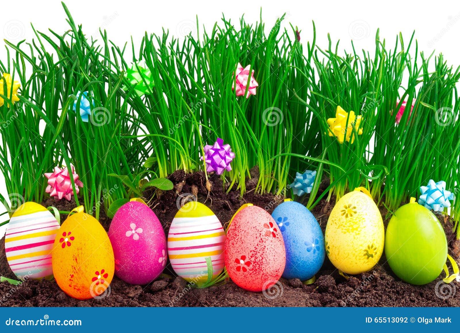 Kolorowi Easter jajka z wiosny dekoracją i trawą