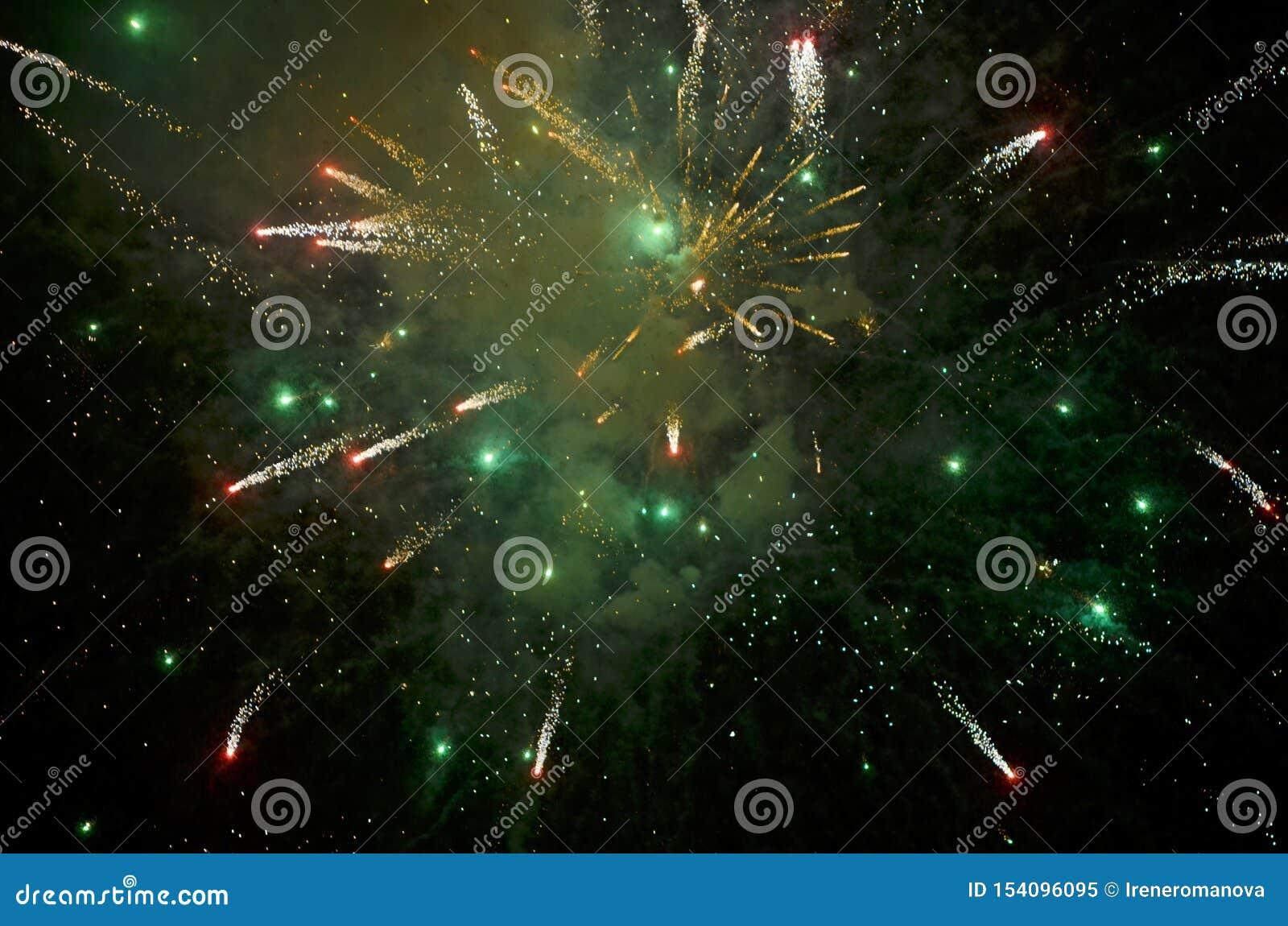 Kolorowi fajerwerki na Ciemnym tle