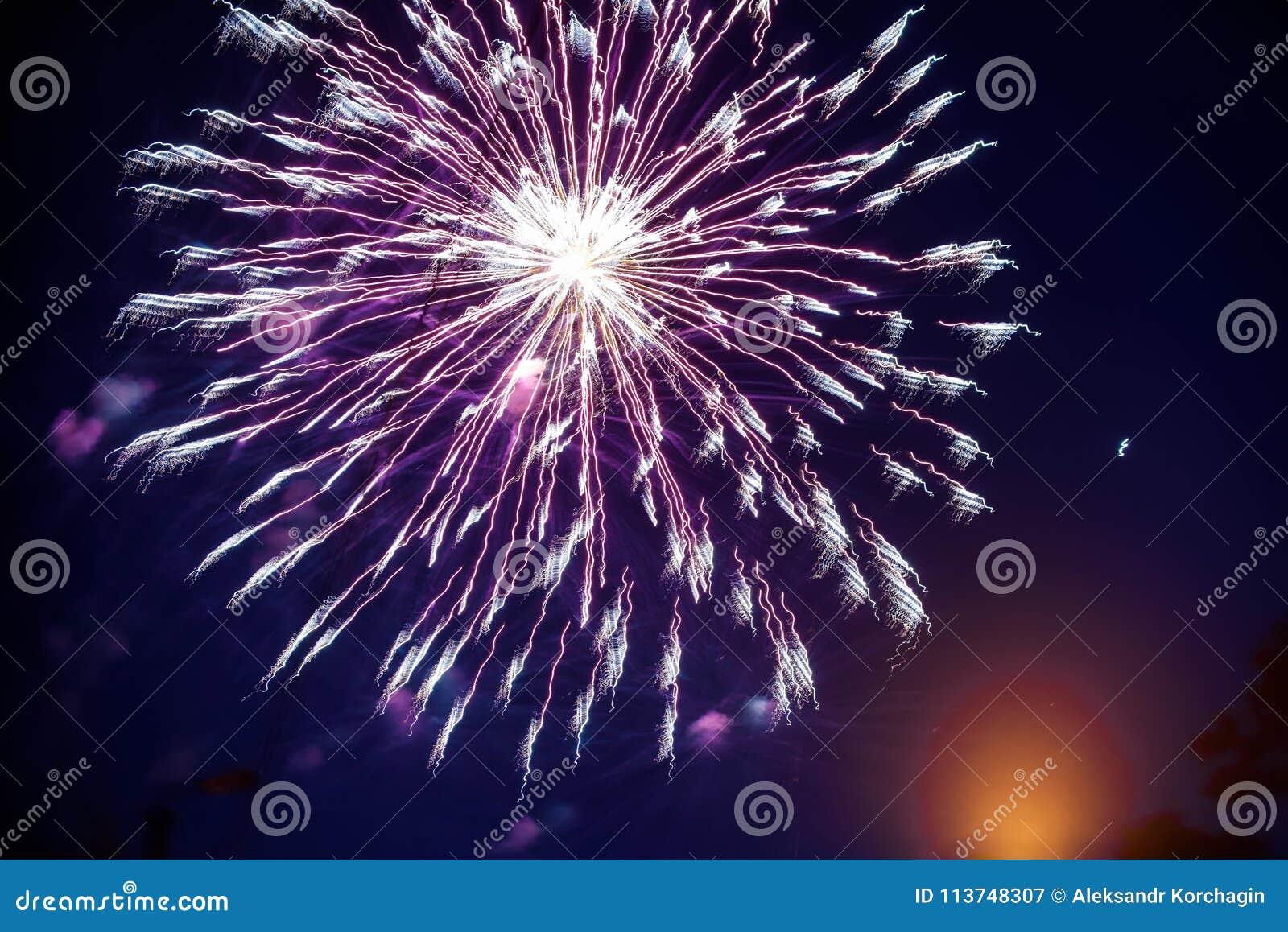 Kolorowi fajerwerki na nocnym niebie Wybuchy pirotechnika przy festiwalem