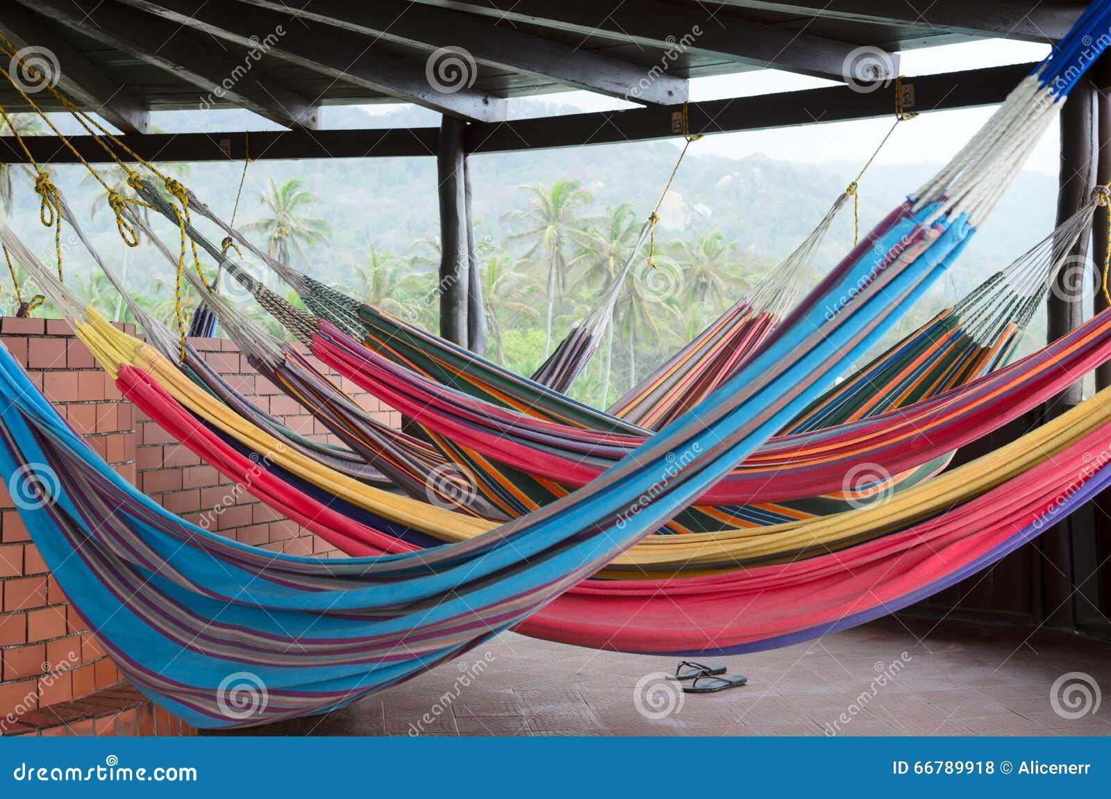 Kolorowi hamaki wiesza pod dachem w tropikalnym raju