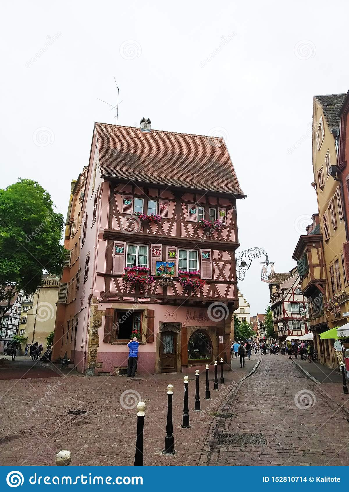 Kolorowi i dekorujący domy na ulicach Colmar