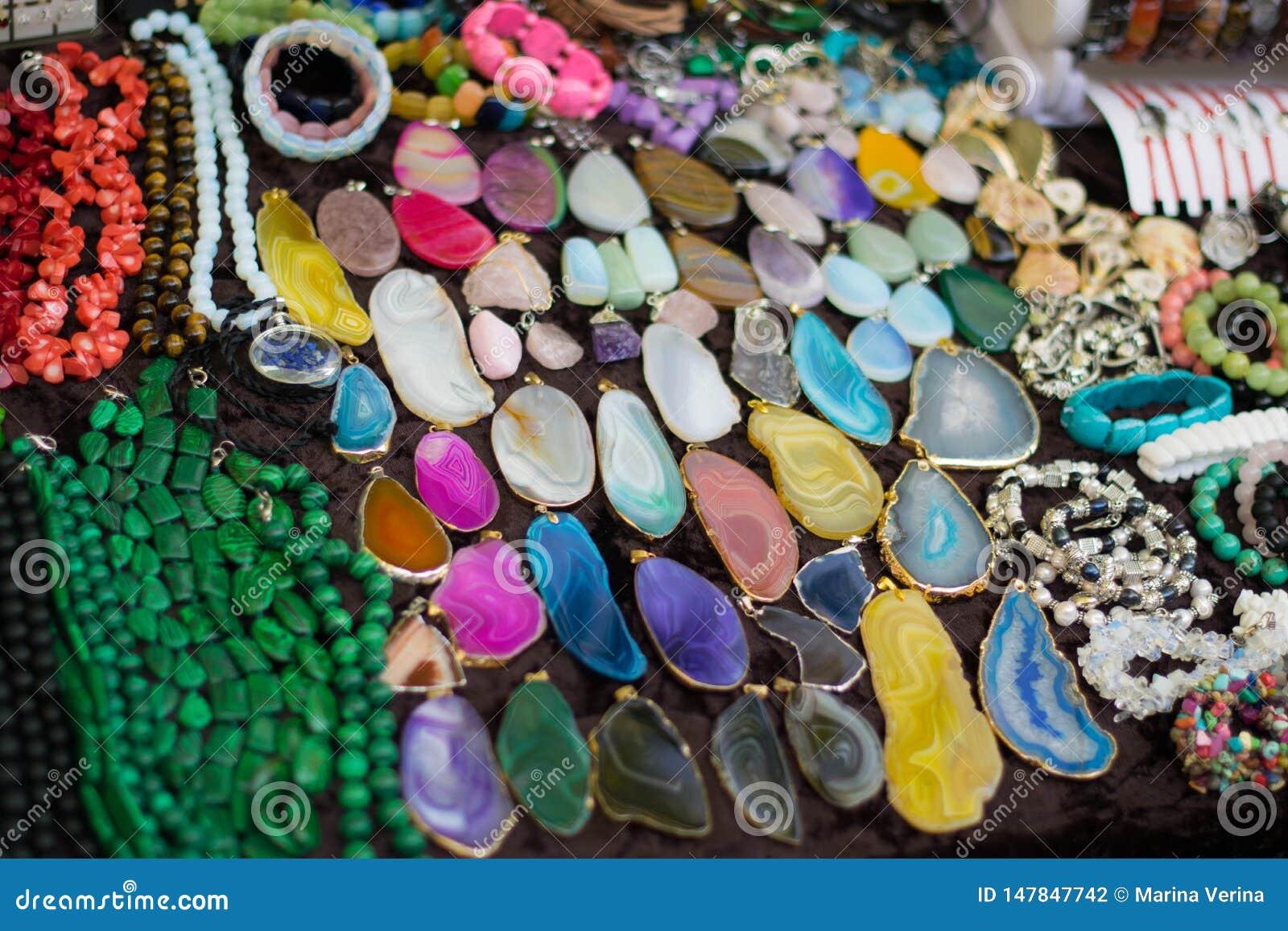 Kolorowi kamienie i biżuteria dla kobiet