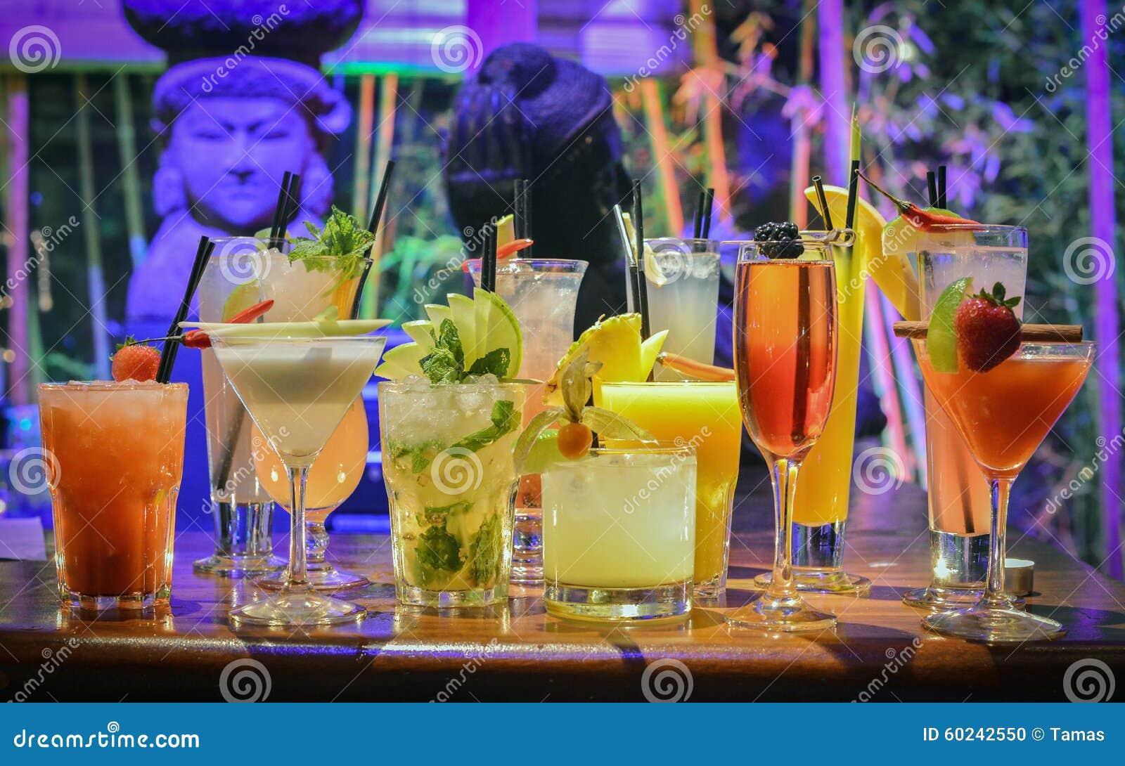Kolorowi koktajle na barze