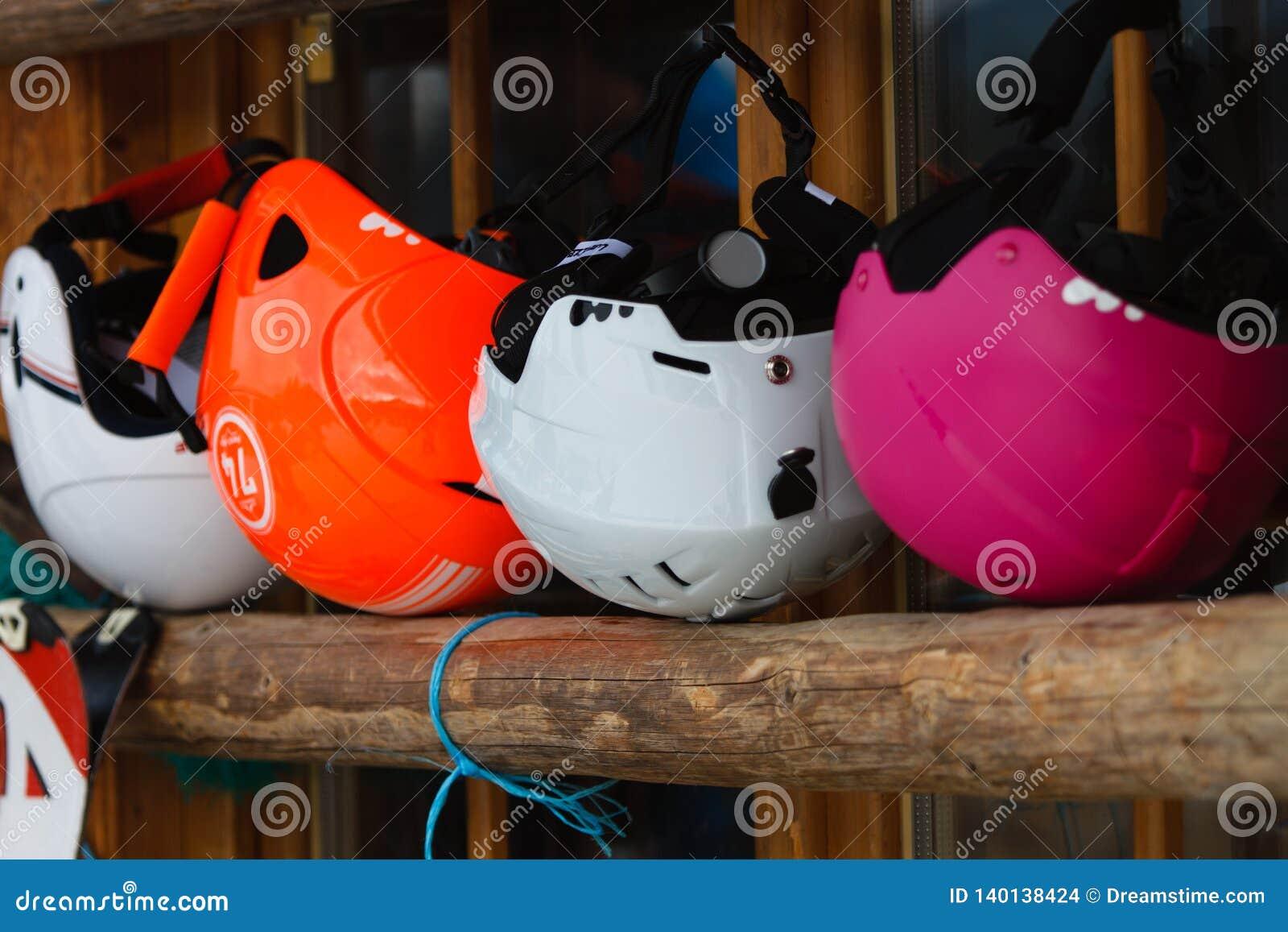 Kolorowi narciarscy hełmy