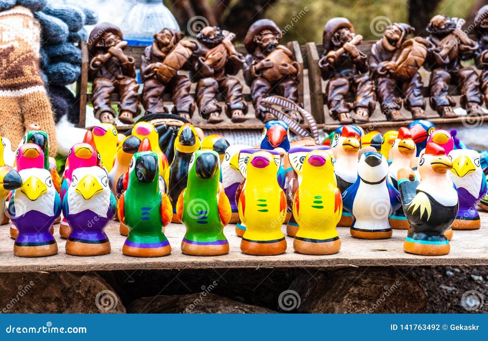 Kolorowi ptasi gwizd na ulicie robią zakupy w Peru