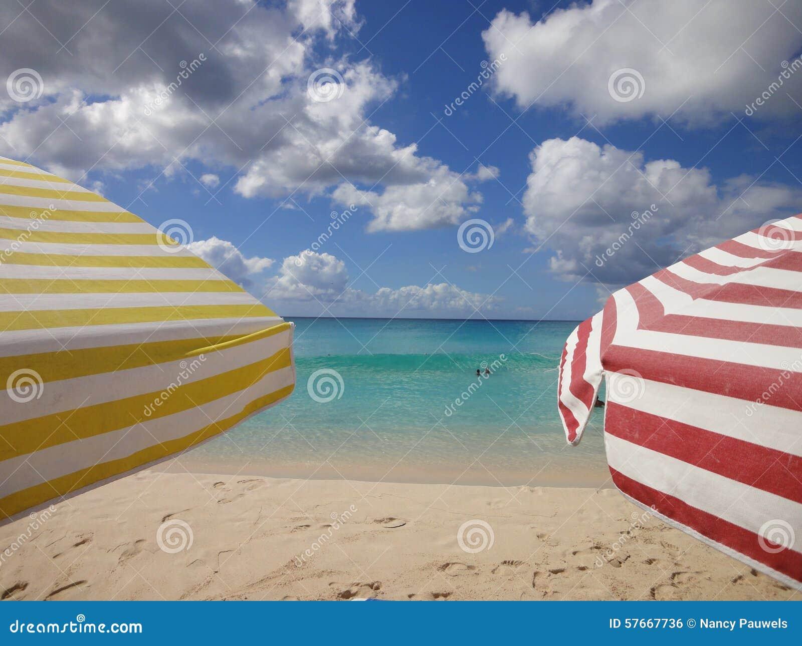Kolorowi słońce parasole na plaży