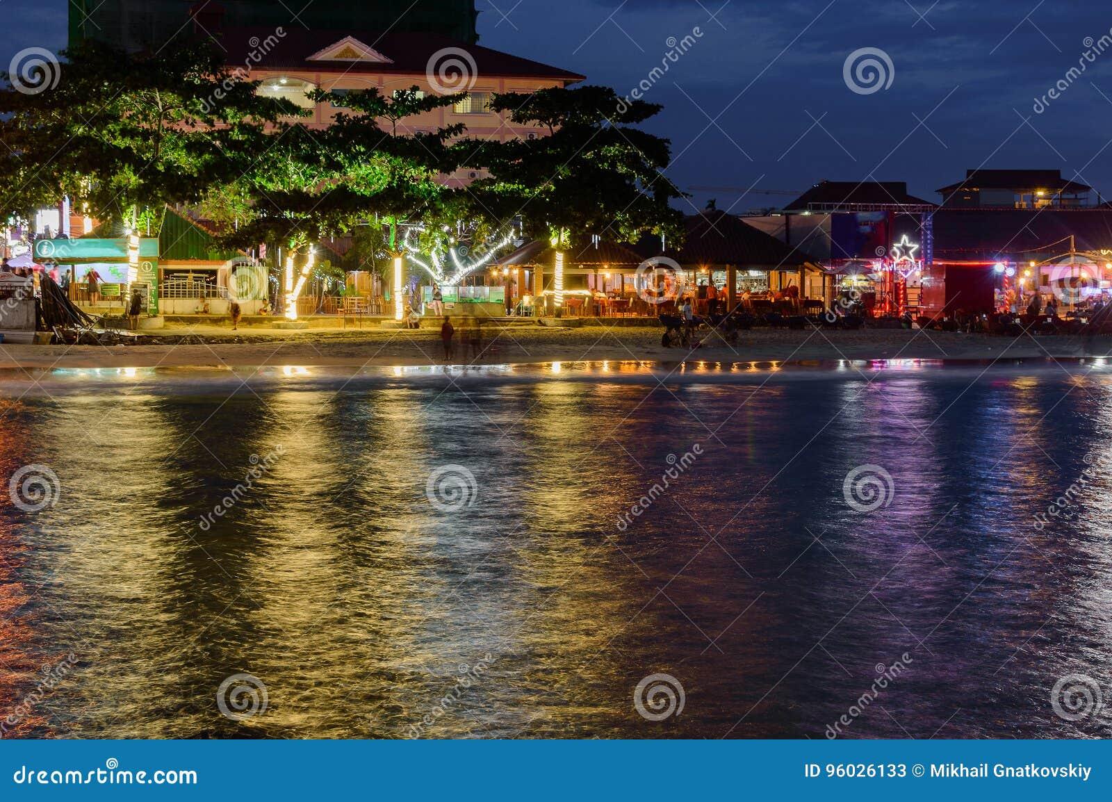 Kolorowy światło restauracje na plaży w Sihanoukville