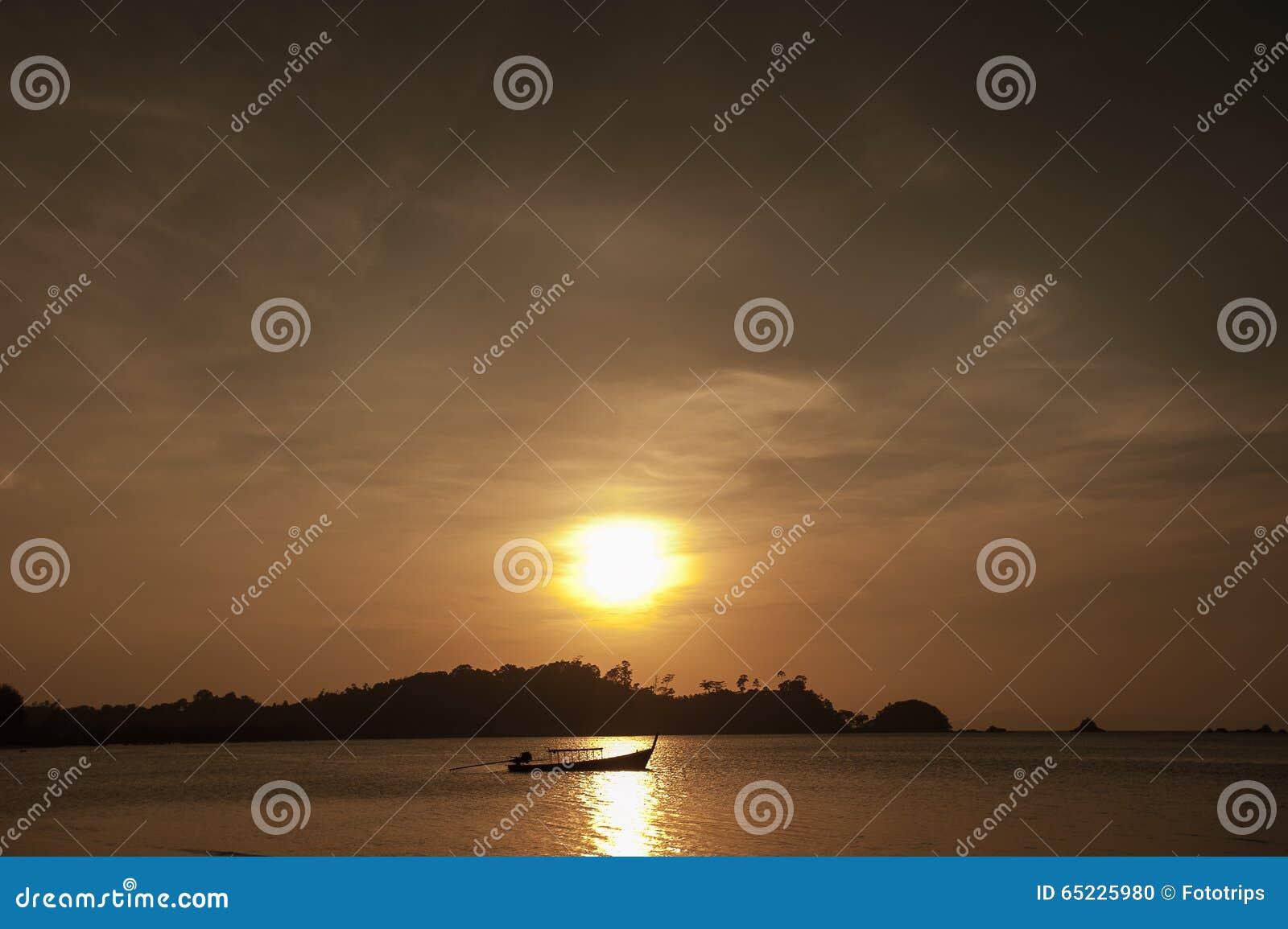 Kolorowy świt nad morzem