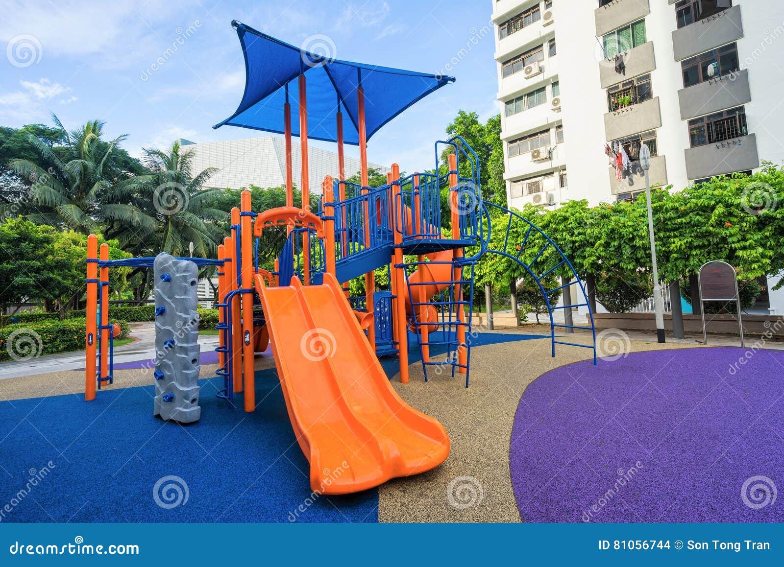 Kolorowy boisko na jardzie przy HDB mieszkaniem w Singapur