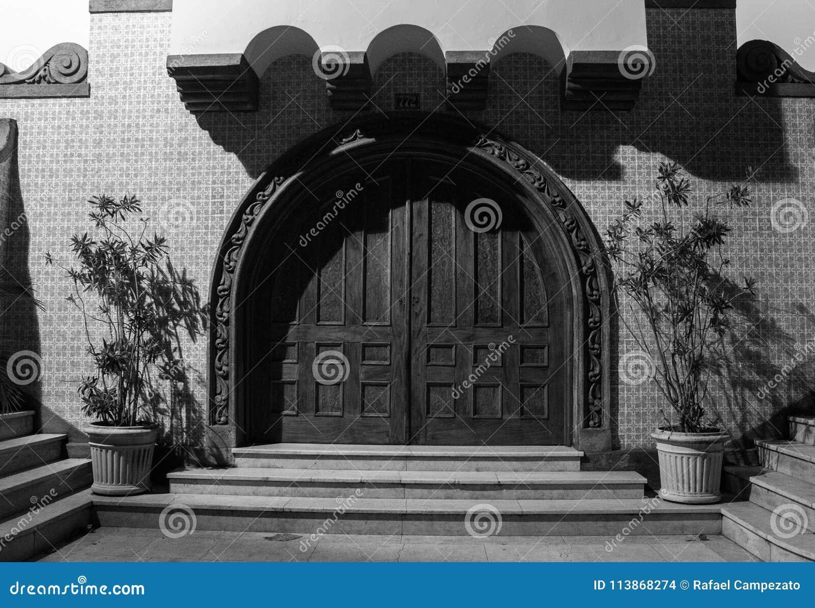 Kolorowy dekorujący drzwi kościół antyczny