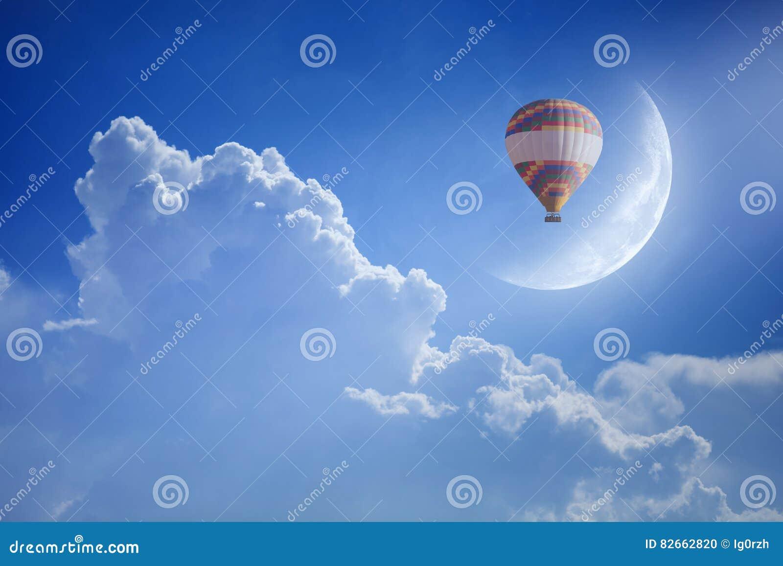 Kolorowy gorące powietrze balon wzrasta up w niebieskie niebo nad biel chmura