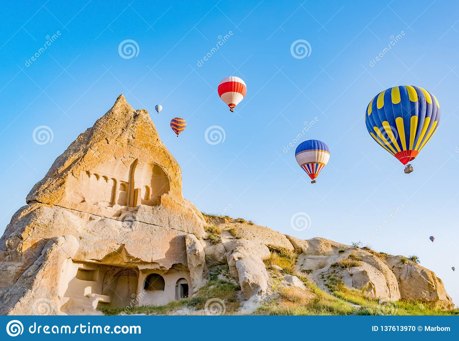 Kolorowy gorące powietrze szybko się zwiększać latanie nad skała krajobrazem przy Cappadocia Turcja