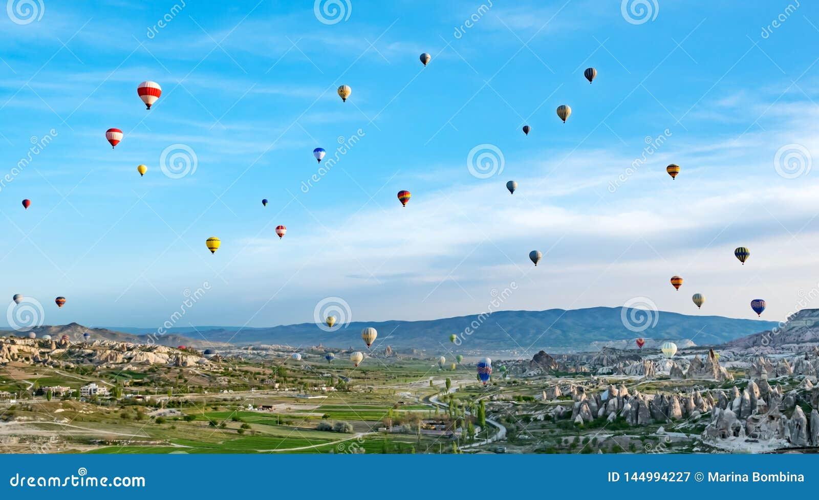 Kolorowy gor?ce powietrze szybko si? zwi?ksza? latanie nad ska?a krajobrazem przy Cappadocia Turcja