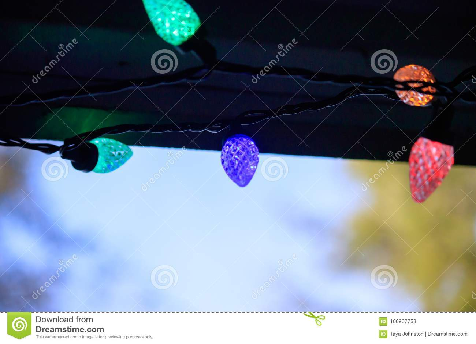 Kolorowy jarzyć się zaświeca pod dachową linią dom