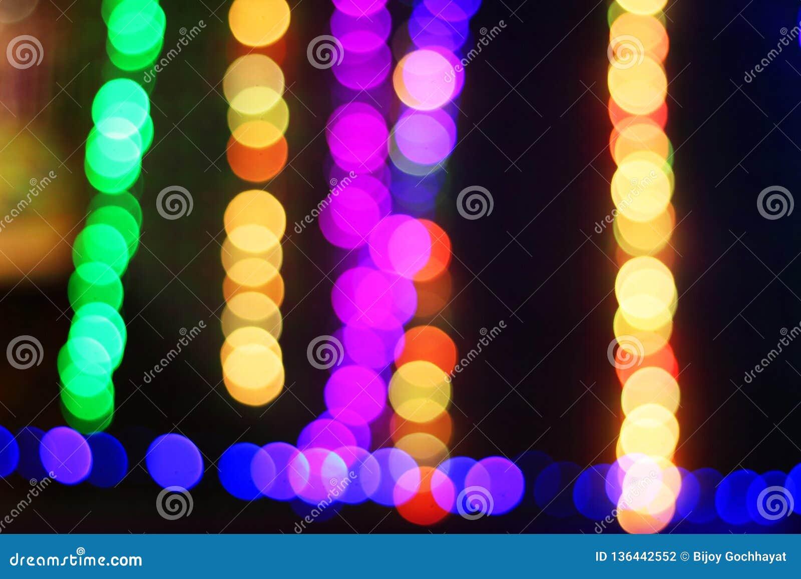 Kolorowy lekki bokeh przy nocą