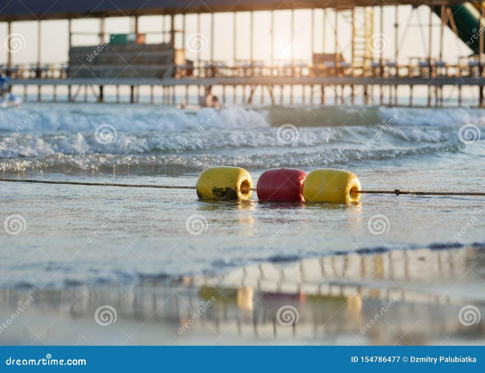 Kolorowy ogradzać pociesza na morzu