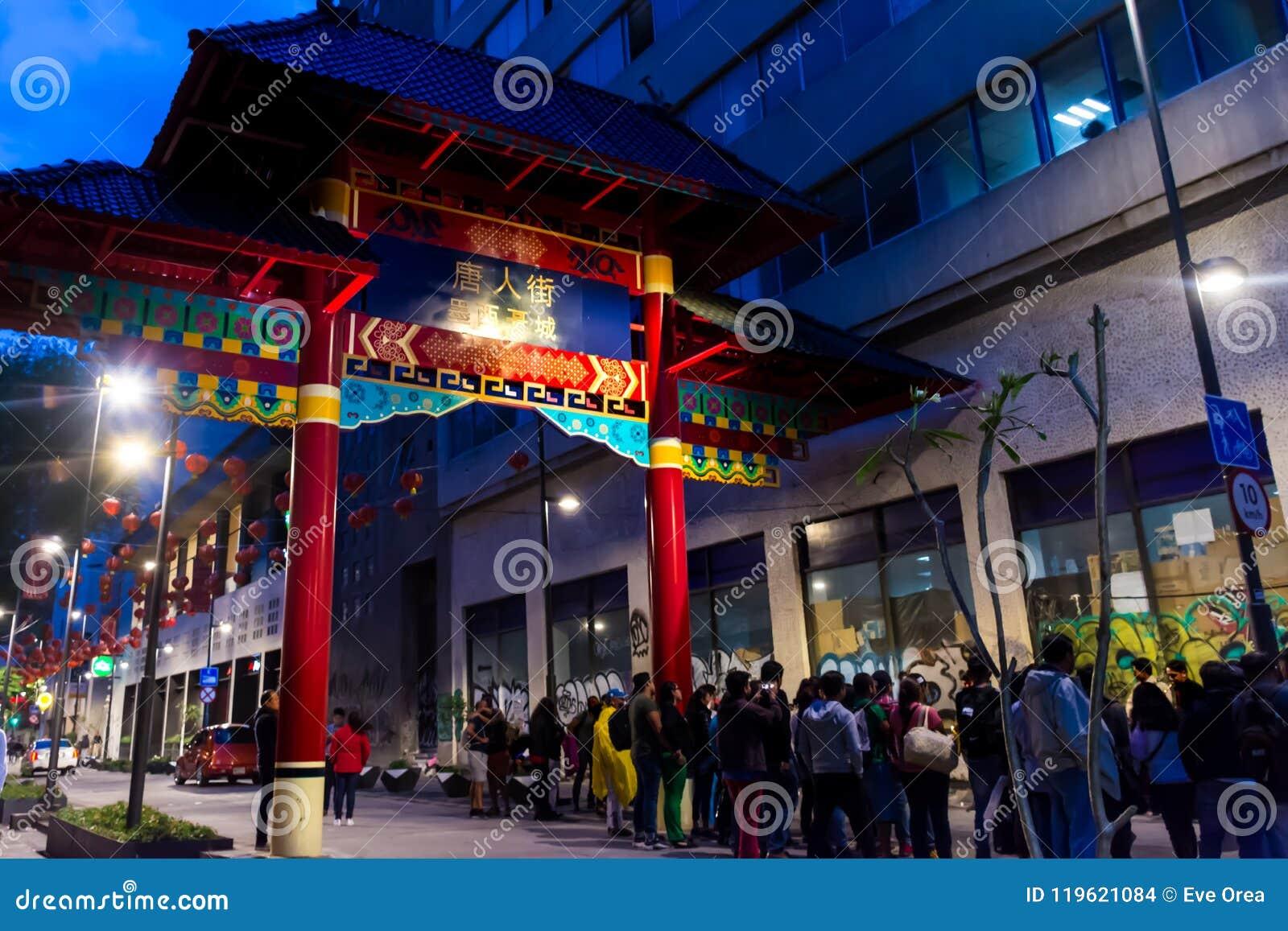 Kolorowy paiftang w Chinatown nocy scenie