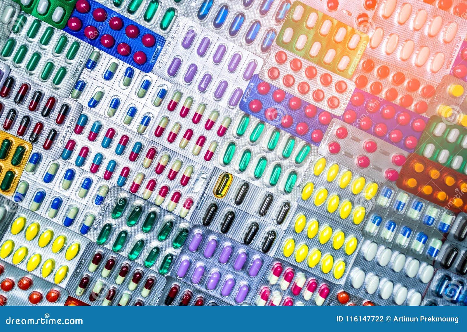 Kolorowy pastylek i kapsuł pigułka w bąbla pakować układał z pięknym wzorem z racy światłem pharmaceutical