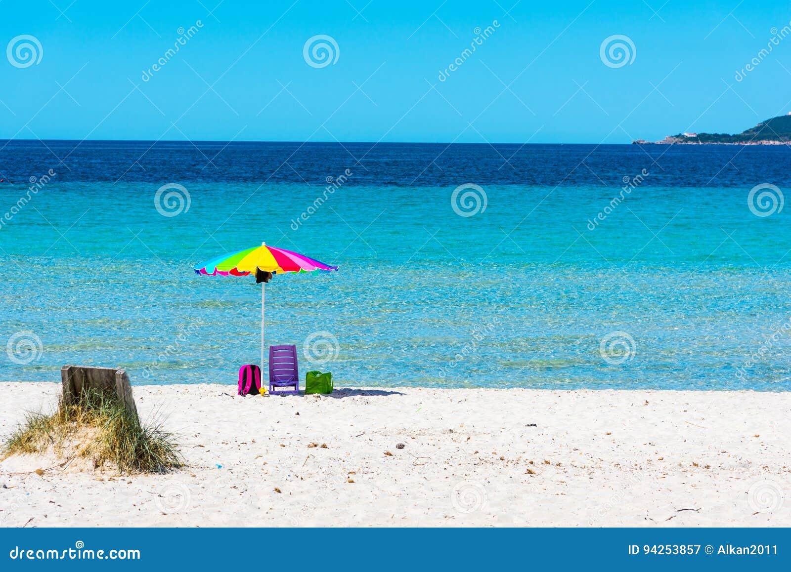 Kolorowy plażowy parasol w Maria Pia plaży