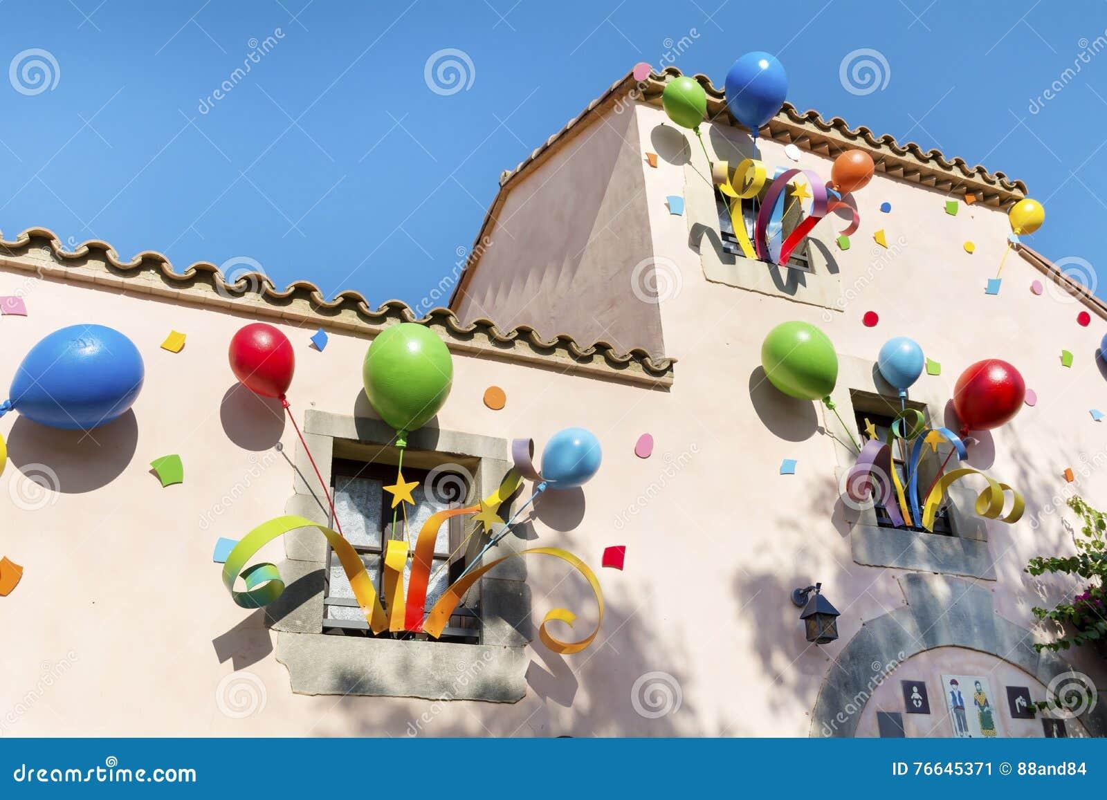 Kolorowy przyjęcie szybko się zwiększać na okno budynek