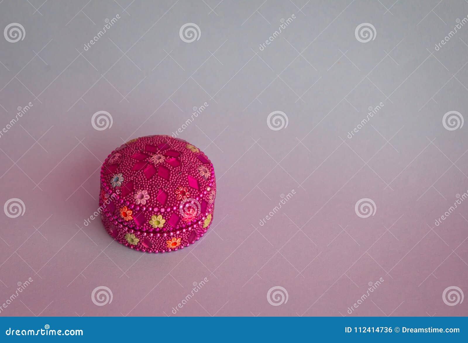 Kolorowy pudełko z jaskrawymi kamieniami