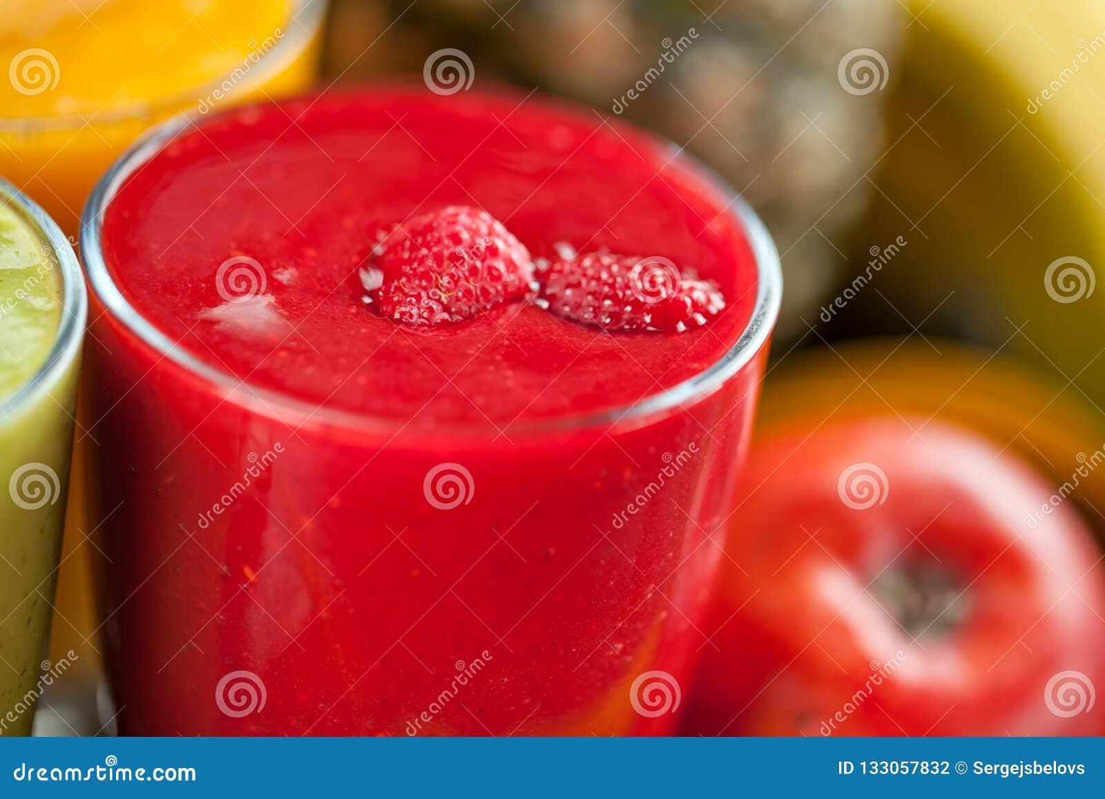 Kolorowy smoothie, zdrowa detox witaminy dieta lub weganinu karmowy pojęcie, świeże witaminy, śniadaniowy napój