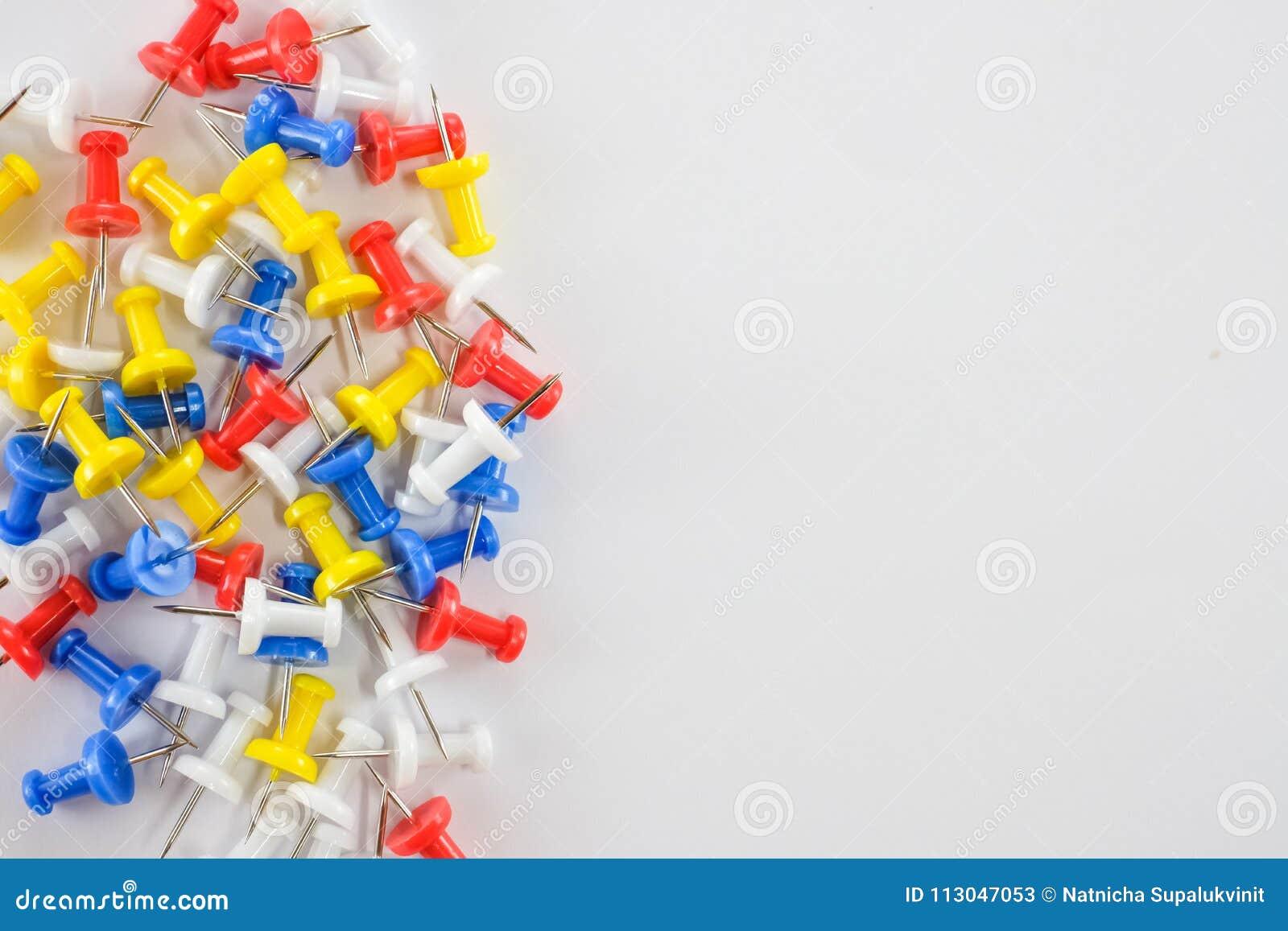 Koloru pchnięcie przyczepia czerwień, kolor żółtego, biel i błękit grupy, na lewo od białego tła