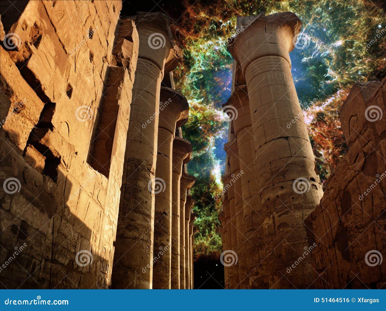 Kolumnada w Luxor świątyni i krab mgławicie (elementy t