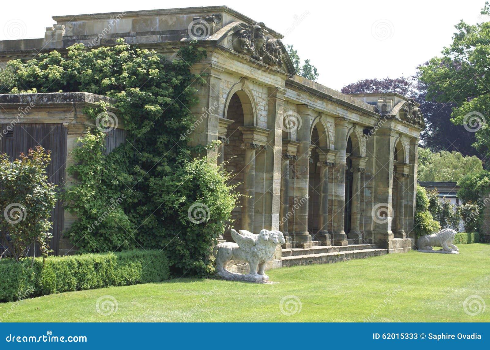 Kolumnady i lwa statuy przy Hever kasztelu włoszczyzną uprawiają ogródek w Anglia