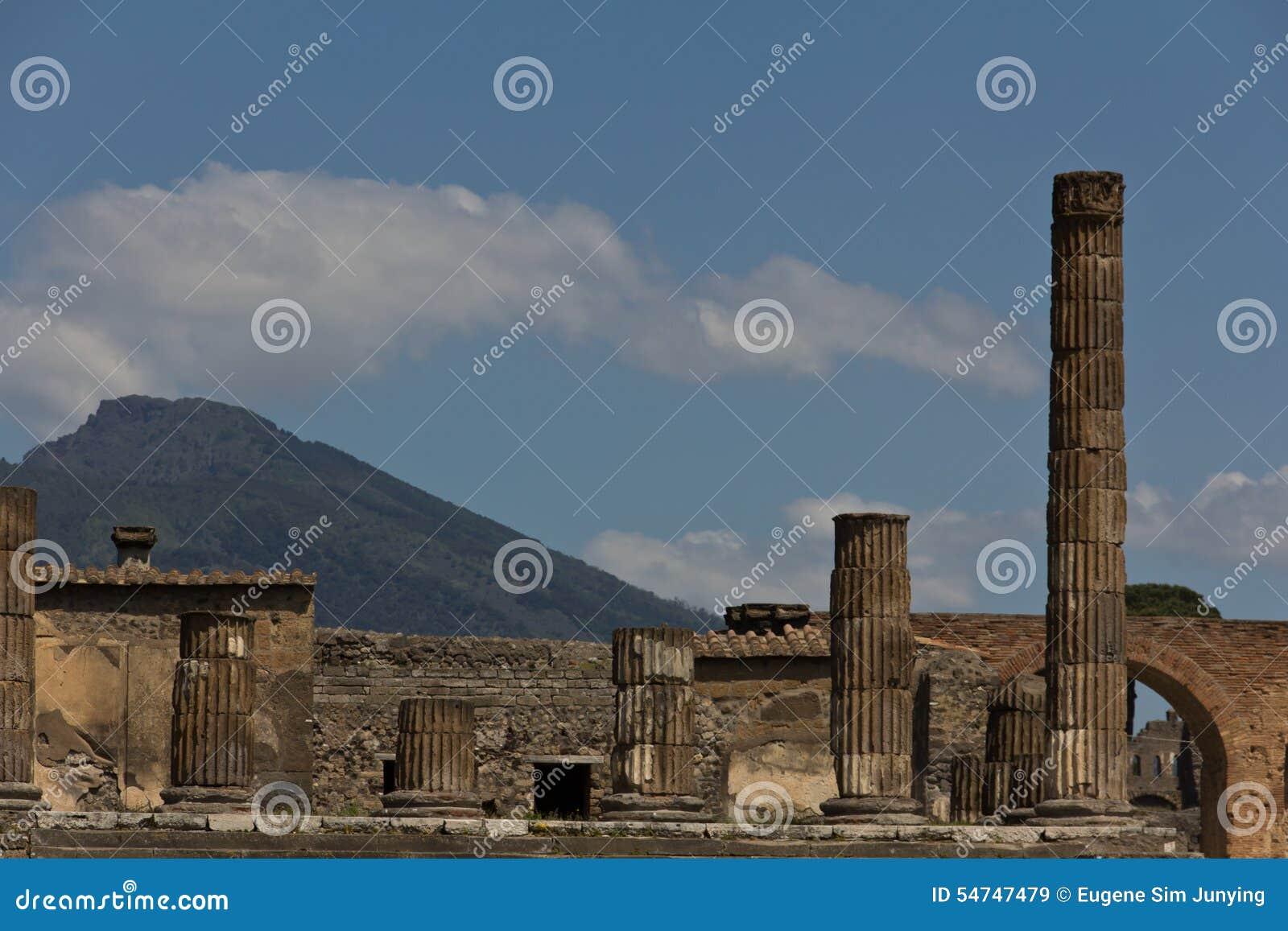 Kolumny od wykopywanego forum Pompeii z górą Vesuvius