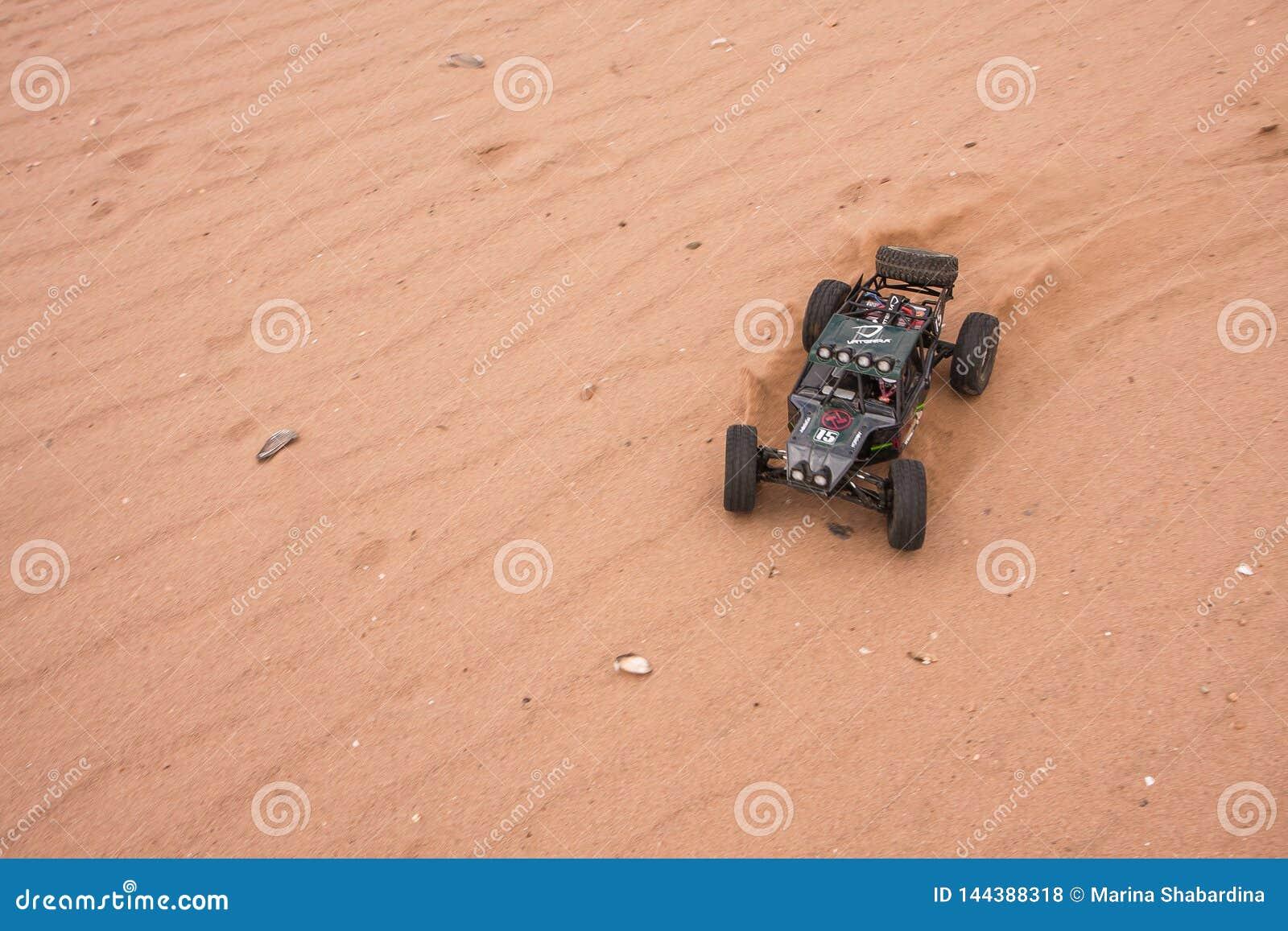 Kolyazin Moskvaregion/rysk federation - Maj 1 2014: Vaterra för RC-bilcrowler som tvilling- hammare kör till och med sanden