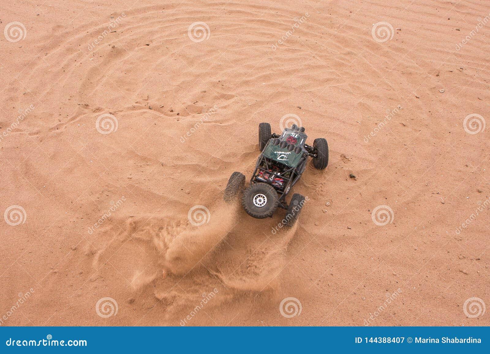 Kolyazin Moskwa region, federacja rosyjska,/- Maj 1 2014: RC crowler Vaterra samochodowy bliźniak Młotkuje jeżdżenie przez piaska