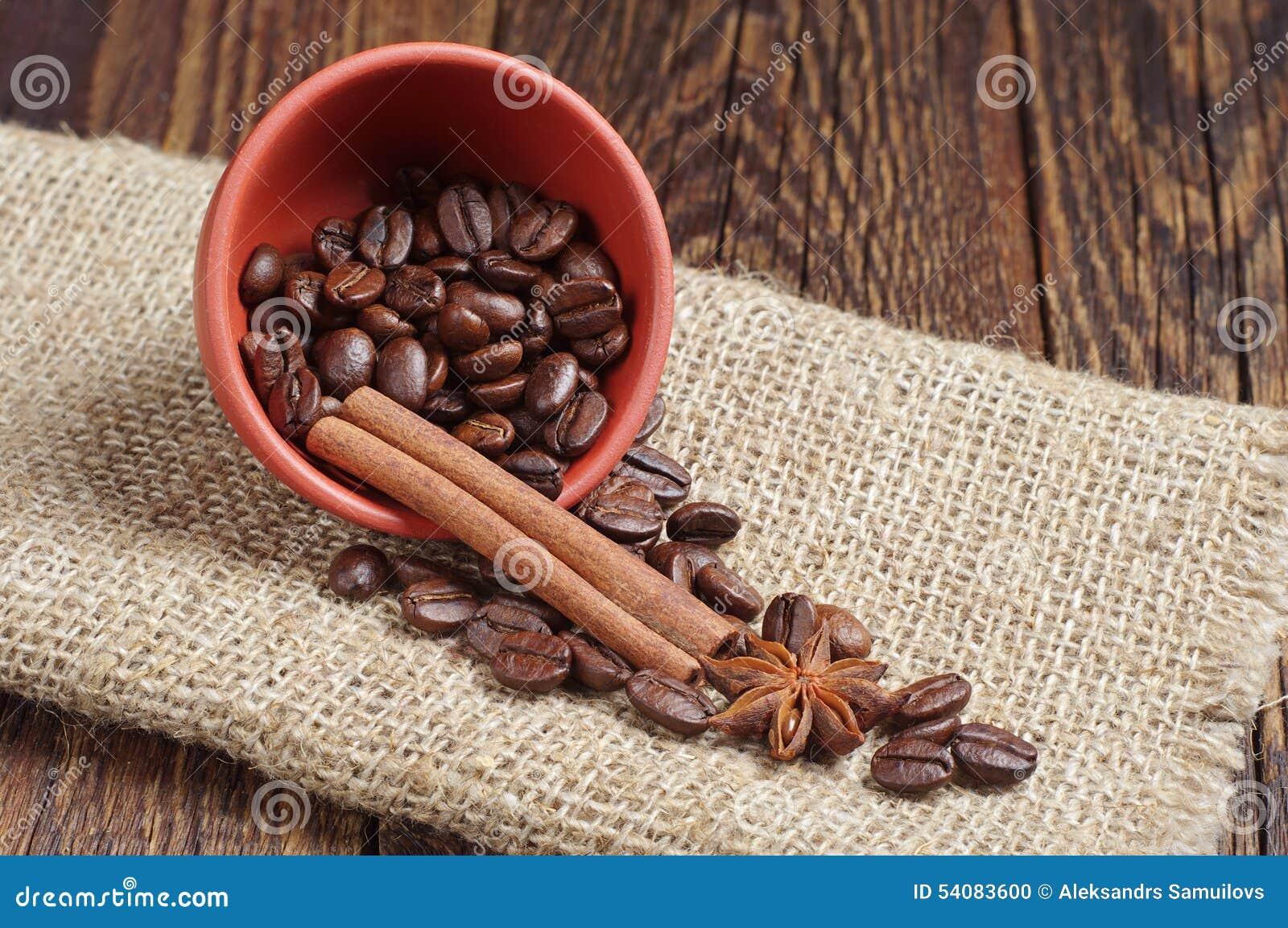 Kom met koffiebonen, kaneel en anijsplant