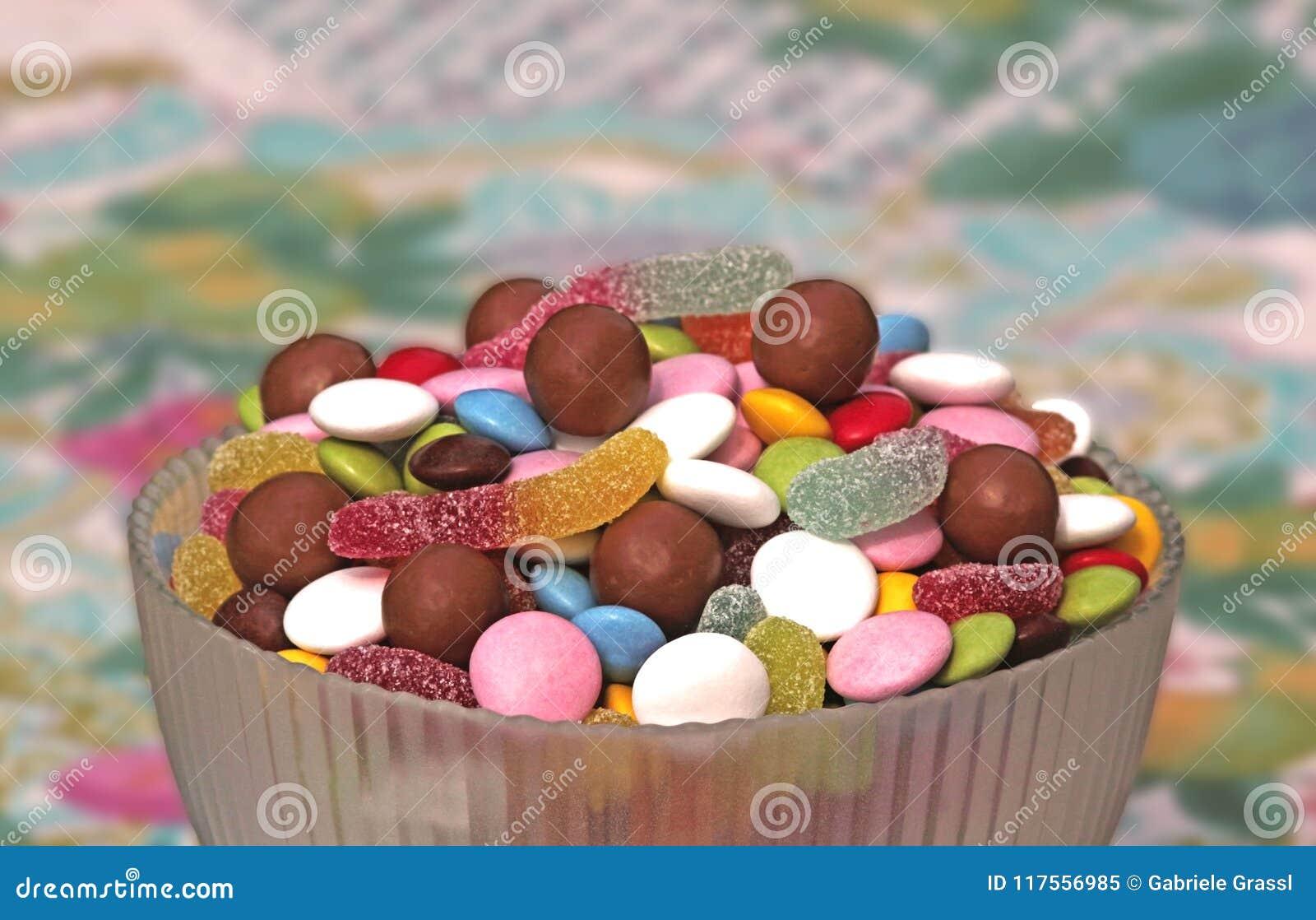 Kom met multi gekleurde snoepjes